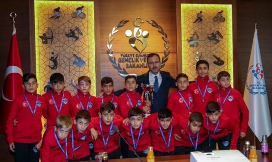 UYAFA Geleceğin Yetenekli Futbolcularını Yetiştiriyor